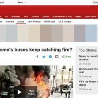 Bus in fiamme nel centro di Roma: la notizia fa il giro del mondo sui siti