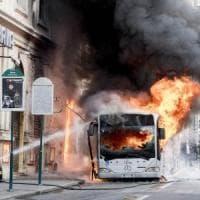 Roma, bus a fuoco in centro: quella revisione anomala con il chilometraggio diminuito