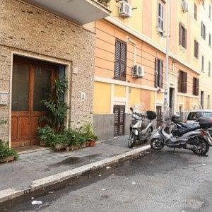 Roma, istigò il figlio a uccidere a pugni un giovane pakistano: condannato a 10 anni