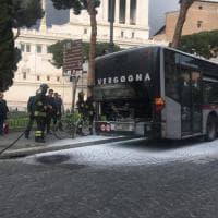 Roma, in piazza Venezia principio di incendio a bordo di un bus