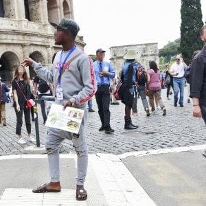 """Roma,  gruppi di guide in lotta per accalappiare turisti: """"Colosseo, una giungla"""""""