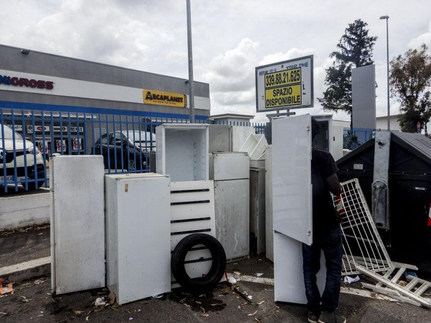 """Roma, una """"frigovalley"""" a Tor Vergata: oltre dieci elettrodomestici abbandonati in strada"""