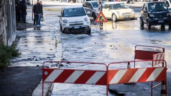 Roma, cede una tubatura: auto nella buca e fiume d'acqua su corso Francia