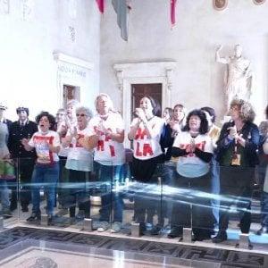 """Roma, il caos Casa delle Donne: oggi vertice nel Campidoglio """"assediato"""" dalla protesta in piazza"""