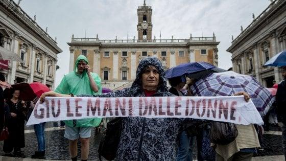 """Roma, la protesta in Campidoglio: """"Non chiudete la Casa Internazionale delle donne"""""""