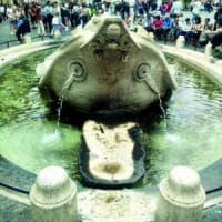 Roma, scaduto il bando della pulizia:  la Barcaccia invasa da melma e alghe