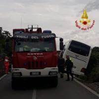Bracciano, pullman con a bordo bambini in gita finisce fuori strada: nessun ferito