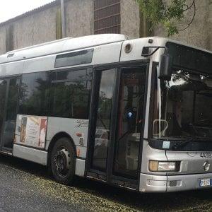 Roma, bus  'parcheggiato' in strada alla Romanina: non c'era posto in officina
