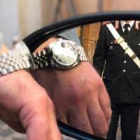 Roma, gli fanno credere di aver danneggiato orologio con specchietto: estorti