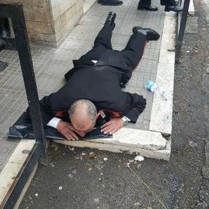 Frosinone, diventa una furia alle Poste e scaraventa carabiniere a terra. Migrante processato e rimesso in libertà