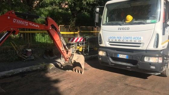 Roma, esplode una tubatura in via Fuggetta: la strada già chiusa per voragine