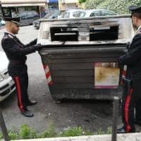 Roma, incendia otto cassonetti:
