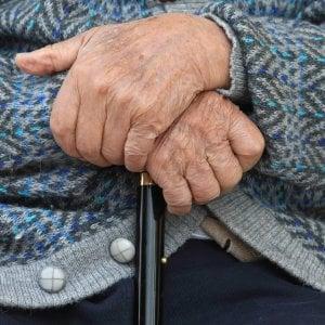 Anziana ingabbiata e maltrattata in casa di riposo: sette arresti in provincia di Latina