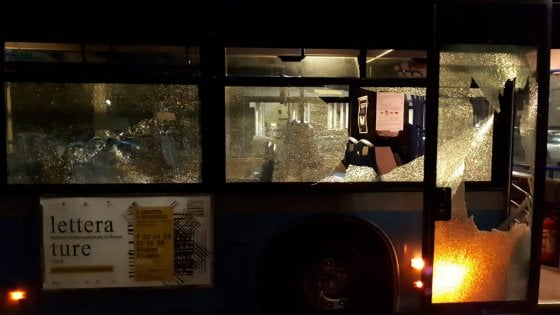 Roma, sassi contro bus a Torrevecchia