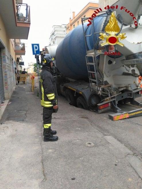 Roma, betoniera sprofonda in una voragine a Centocelle