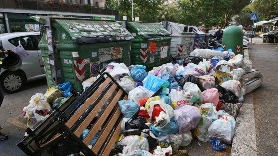 Rifiuti a Roma, sacchetto selvaggio: in arrivo le telecamere in otto zone della città