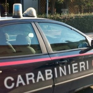 Roma, rapina una 94enne a fermata bus e rischia linciaggio: carabinieri lo 'salvano'. Arrestato