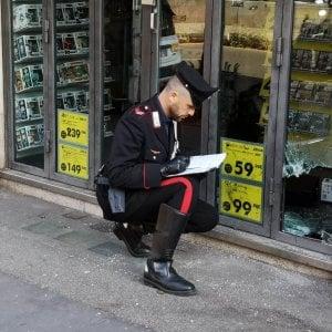Roma, si infila in un negozio da un buco e lo vedono i carabinieri: arrestato