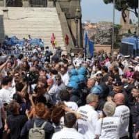 Roma, aziende chiuse o in fuga: il mondo del lavoro in piazza contro Raggi