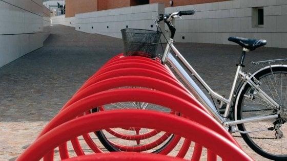 """Roma, rastrelliere bici vicino scuole, metro e uffici pubblici. Raggi: """"Duemila nuovi posti"""""""