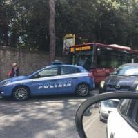 Roma, rapina e ferisce passeggero e autista del bus 301: fermato