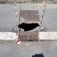 Roma, si apre una buca vicino all'ospedale Grassi di Ostia