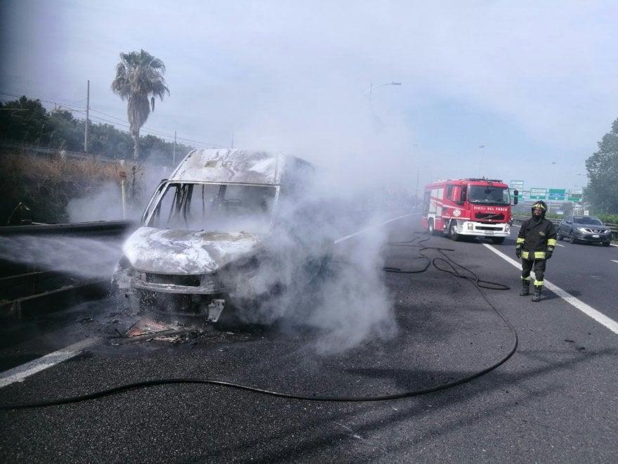 Paura sulla Roma-Fiumicino per un pulmino in fiamme: nessun ferito