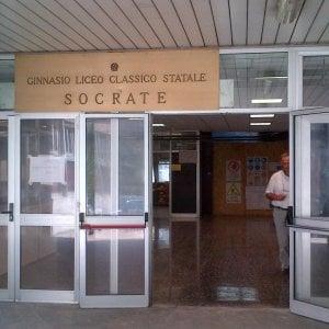 Roma, al liceo Socrate, prof contro preside per la foto del saluto romano