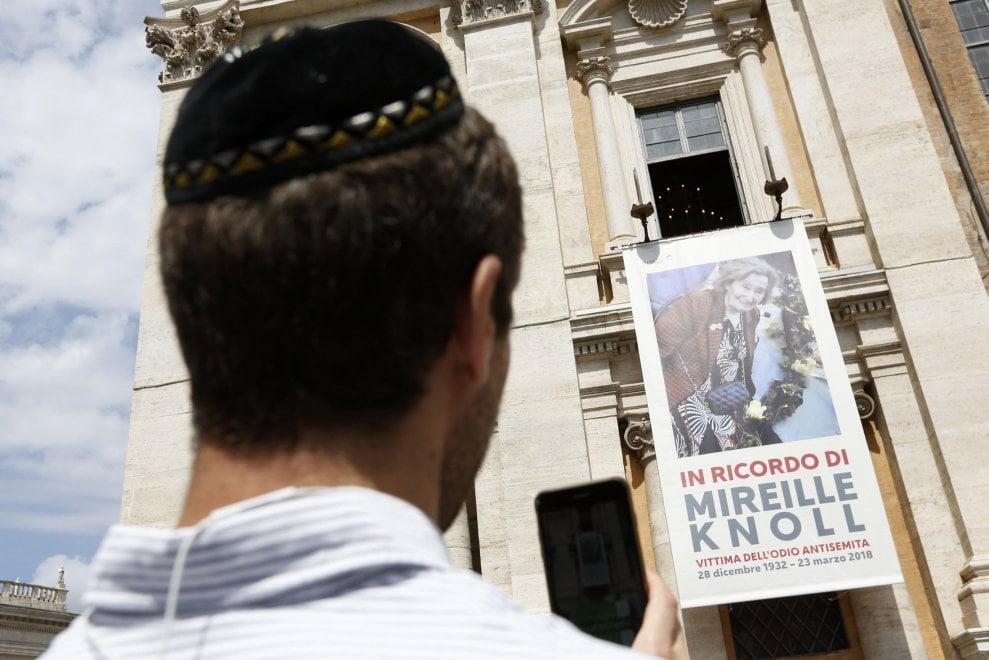 """Campidoglio, esposta la gigantografia di Mireille Knoll. """"Nuovo antisemitismo soffia in Europa"""""""