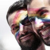 Roma Pride, il corteo sfila per le strade con la Brigata Arcobaleno