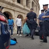 Roma, blitz anti abusivismo al Colosseo: mille oggetti sequestrati