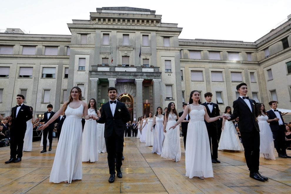 Dame in abito lungo e cavalieri in smoking: la notte delle debuttanti al Convitto di Roma