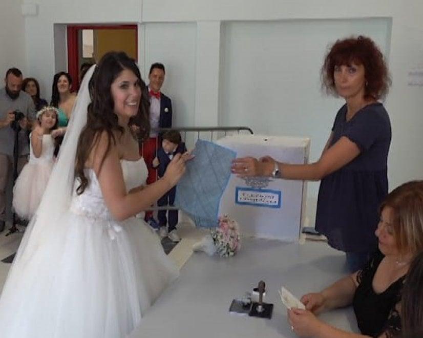 Amministrative, a Aquino va a votare in abito da sposa