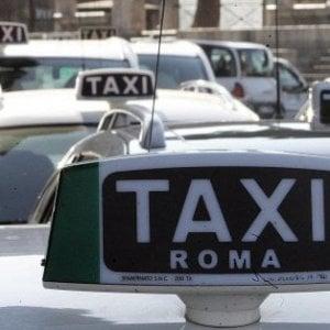 Roma, tenta di truffare tassista: dopo essere stato scoperto lo sequestra e tenta fuga all'estero