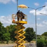Roma, sole a picco e caldo: e sulla pedana degli operai spunta l'ombrellone