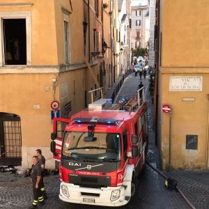 Roma, incendio in via di Tor di Nona in appartamento, donna ustionata