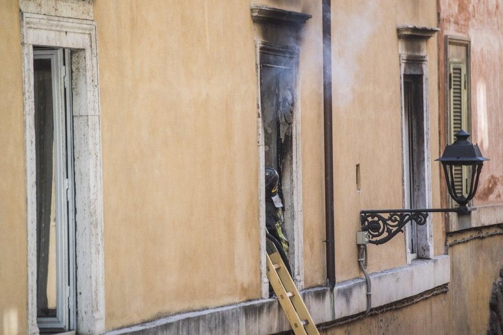 Paura nel centro storico di Roma, fiamme in un appartamento in vicolo degli Amatriciani: una donna ustionata