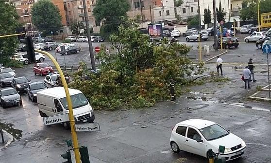 Roma, il maltempo si abbatte sulla città