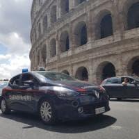 Roma, stacca frammento da Colosseo, denunciato turista 17enne
