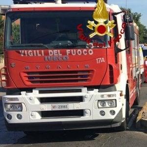 Roma, Cassia Bis, una donna si getta dal cavalcavia, finisce su un furgone e causa un incidente