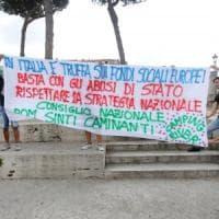 Roma, la manifestazione dei rom del Camping River sotto al Campidoglio