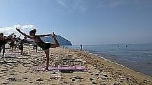 International Yoga Day   tutti sulla sabbia  per un saluto al sole