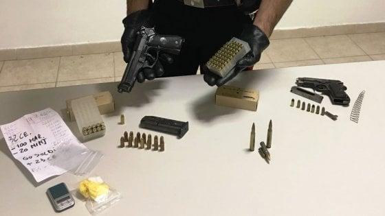 Roma, armi e droga nascosti in cucina: arrestato 52enne a Tor Bella Monaca
