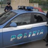 Roma, anziana chiusa in camera dai ladri lancia dal balcone biglietto con Sos: salvata