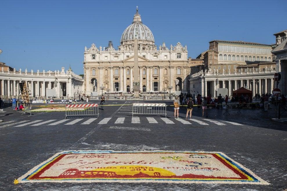 Mosaici di petali, sabbia e sale: l'infiorata di San Pietro e Paolo in via della Conciliazione