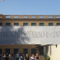Roma, anziani tagliano i lucchetti e occupano il centro chiuso dal municipio sulla Cassia