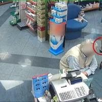 Armato di accetta rapinava farmacie e profumerie a Roma e a Pomezia: arrestato