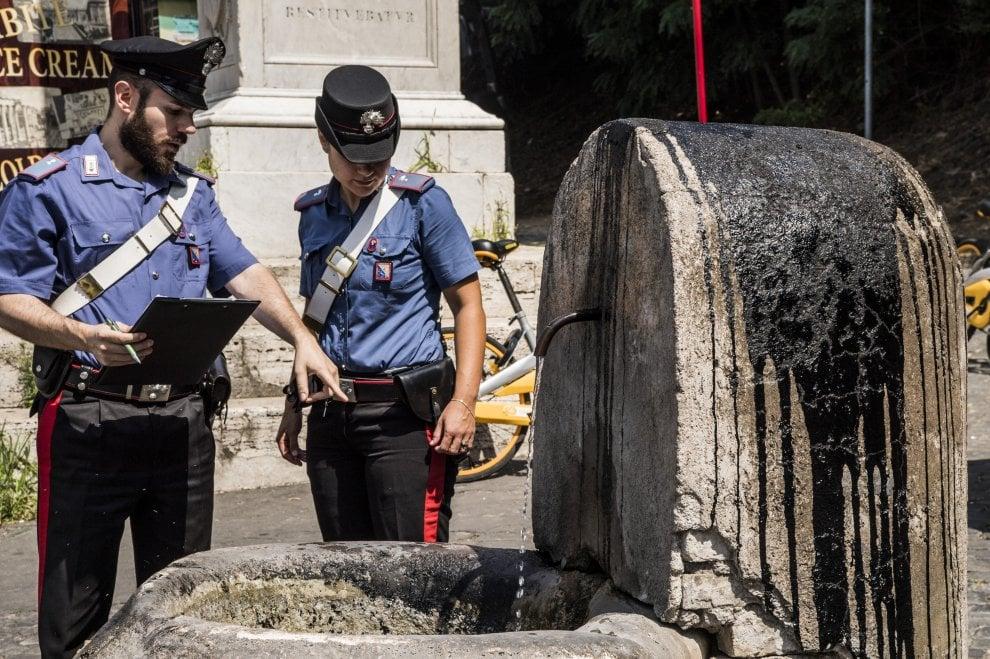 Imbrattata fontana davanti basilica a Roma