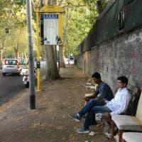 Roma, alla Magliana spunta un 'salottino' alla fermata dell'autobus