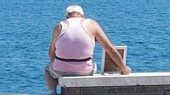 Gaeta, porta al mare la moglie, in foto: l'amore per sempre ai tempi di Facebook